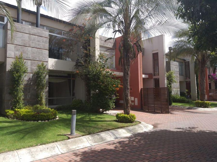 c vendo excelente y moderna casa en cumbaya