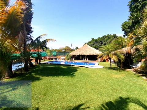 bungalow con enorme jardin y cancha de tenis