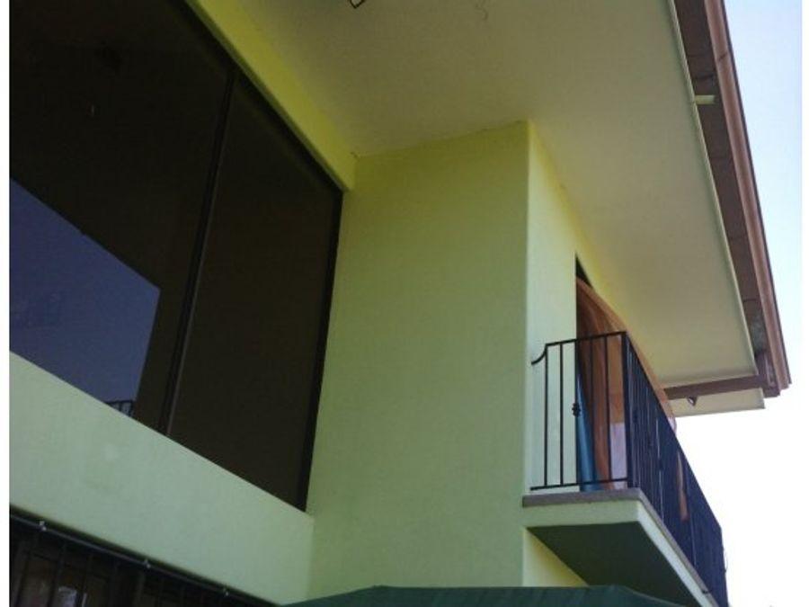 casa en barrio residencial dos plantas