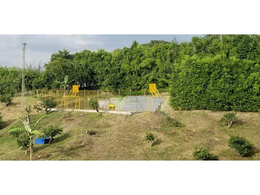 finca campestre con zonas sociales y cultivos cerca a pereira