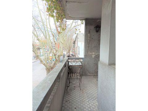 la blanqueada casa de altos con balcon