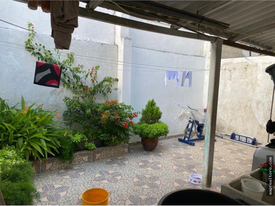 casa de dos pisos bien ubicada barrio los robles