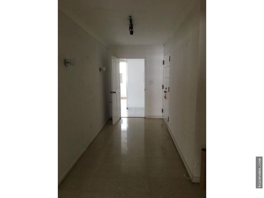 se alquila espacioso apartamento en marbella