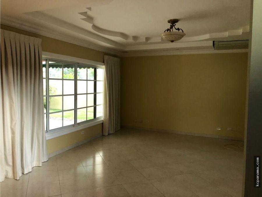 se vende amplia y familiar casa en costa serena