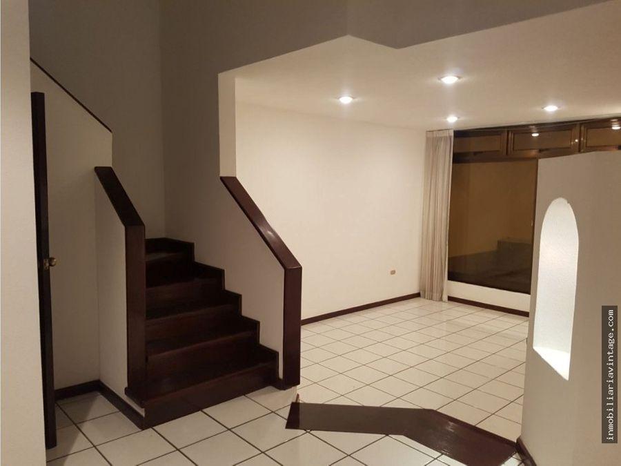en alquiler casa dentro de condominio zona 10