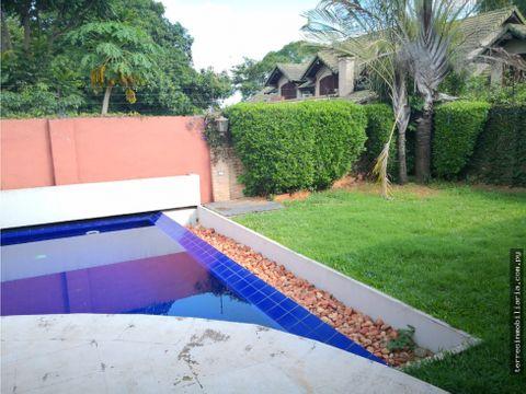 alquilo impecable casa con piscina en mburucuya