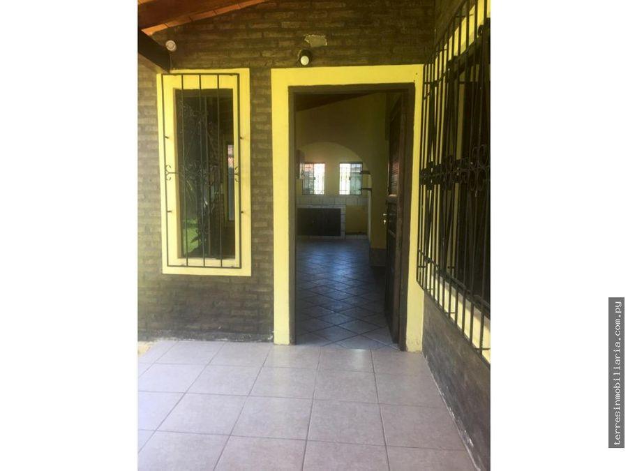 alquilo casa con amplio patio en ykua sati