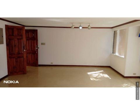 alquilo amplio apartamento en bo escalante 21 136 0318