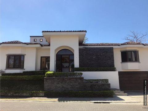 hermosa casa en condominio santa ana