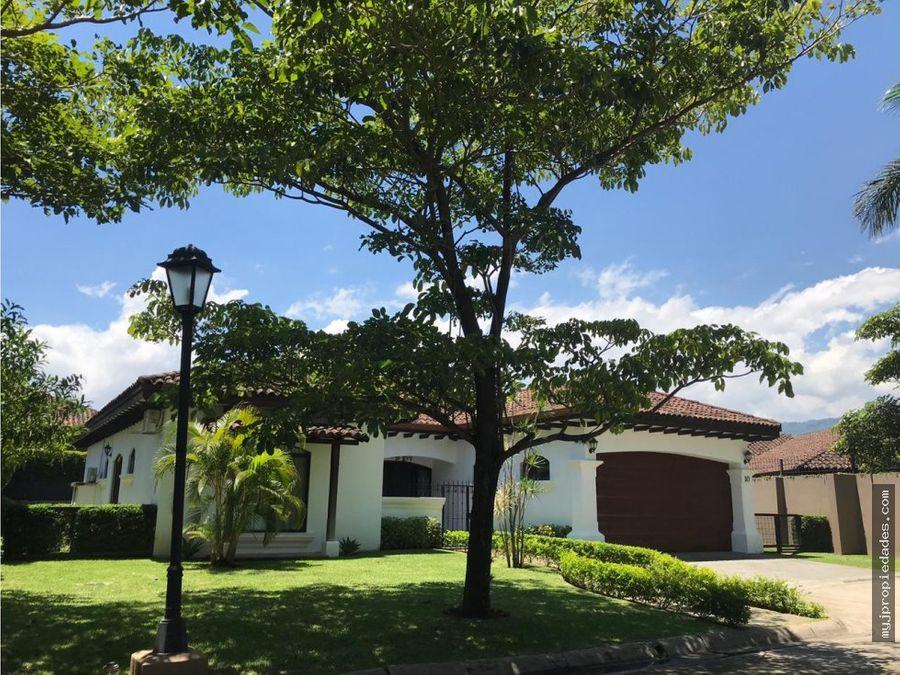 lujosa casa en condominio santa ana lindora