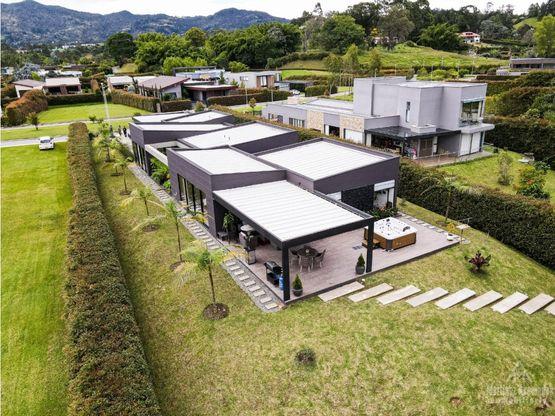 Casa con Lago en venta ubicada en Llanogrande