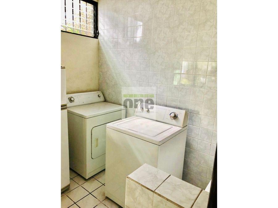 zona 10 alquilo apartamento de 2 dormitorios