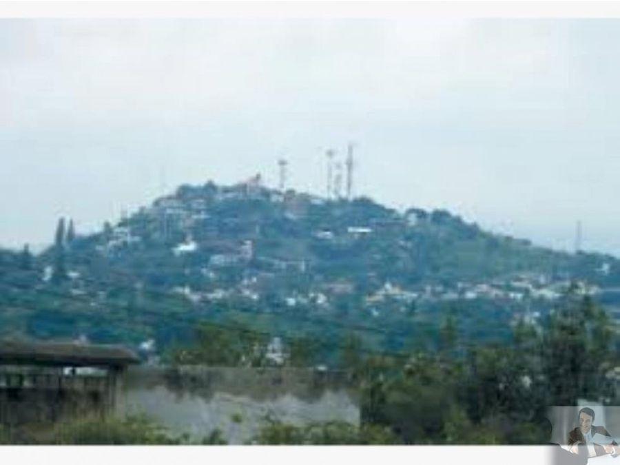 terreno con nivel descendente en zona residencial