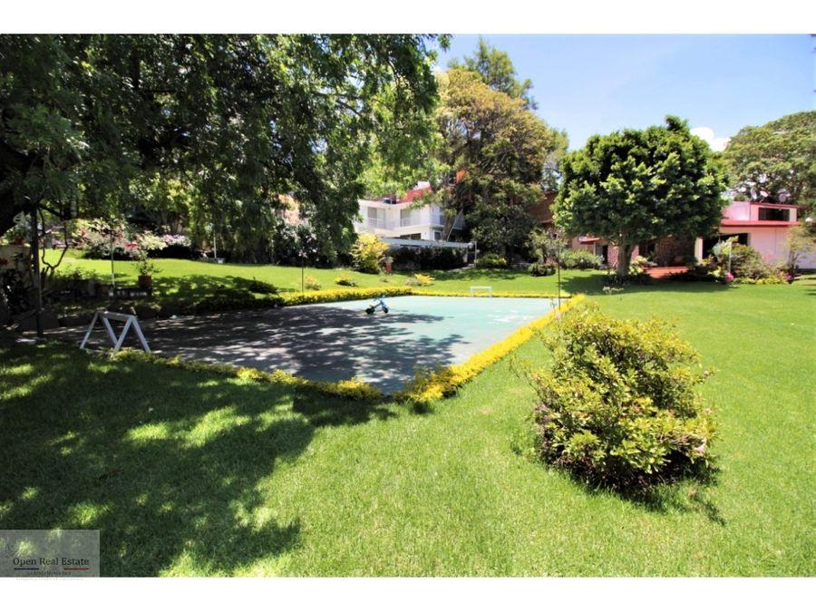 excelente casa con amplio jardin y alberca en cuernavaca