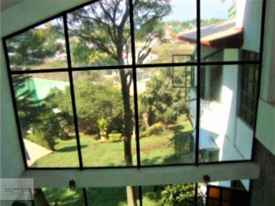 espectacular casa con grandes ventanales