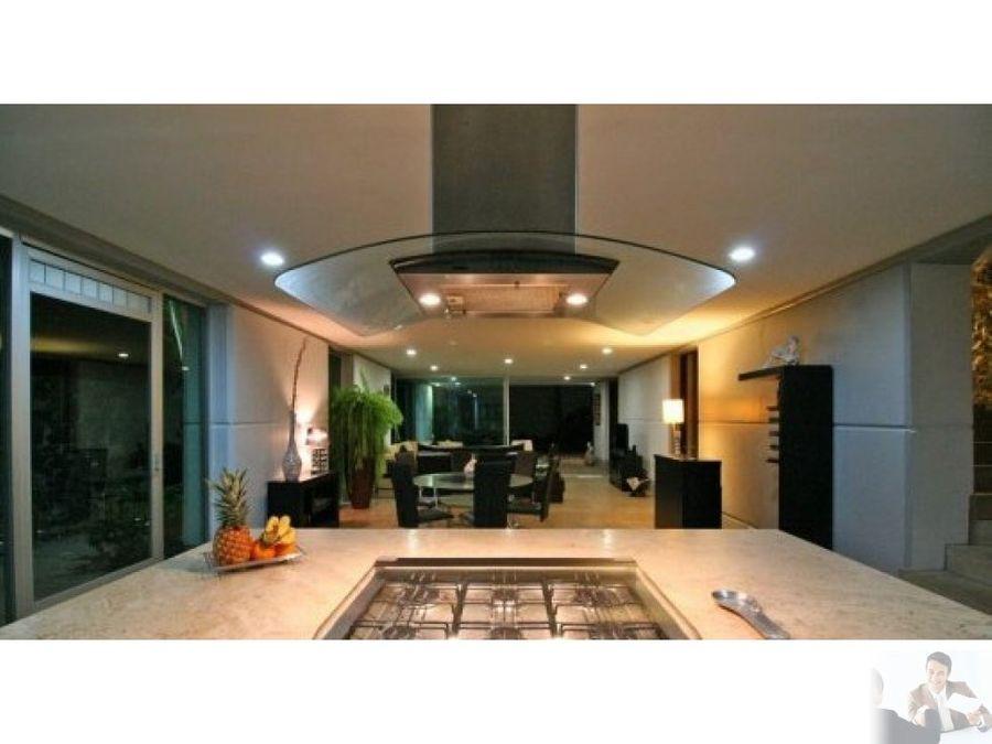 exclusiva casa estilo moderno con espacios amplios