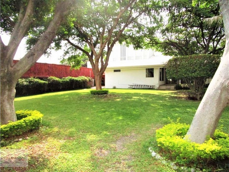 hermosa casa con techo doble altura y amplio jardin en cuernavaca