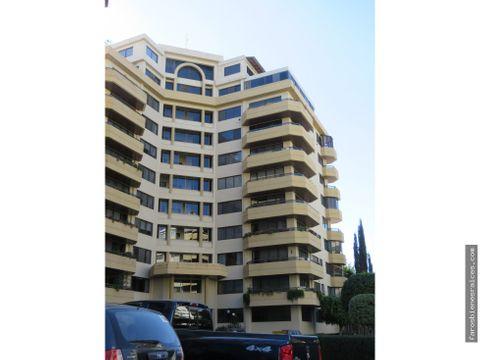 amplio penthouse con terraza y garzonier