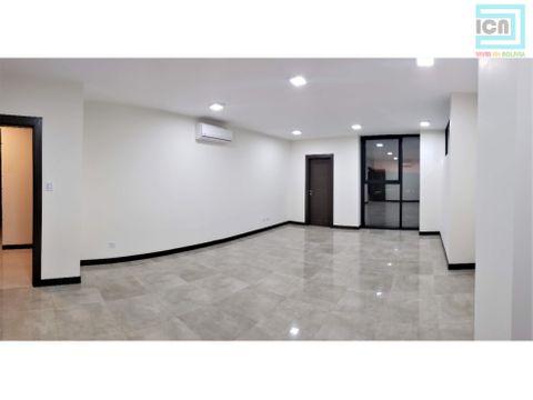 en edificio moderno oficina en alquiler