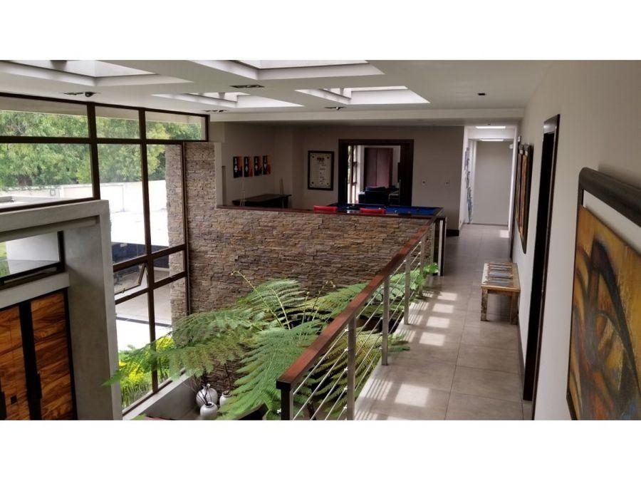 venta de casa dentro de country club zona 11