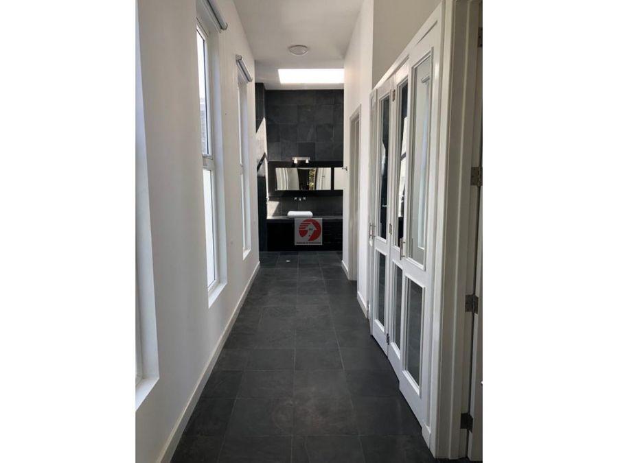casa de dos niveles en condominio zona 13 6 dormitorios