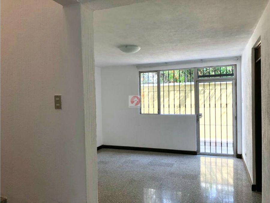 casa de 2 niveles fuera de garita en alquiler zona 15