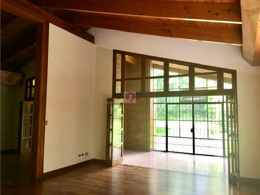 alquiler casa amplia con jardin en condominio zona 10