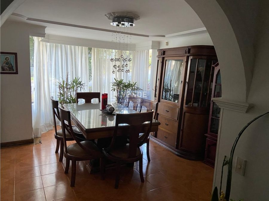 casa de dos niveles con terraza y jacuzzi en el poblado
