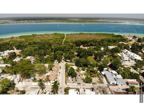 terreno con casa frente a la laguna de bacalar