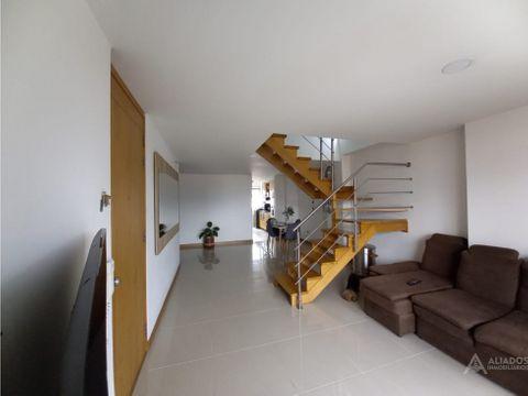 se vende apartamento duplex amplio en san joaquin