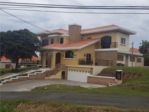 se vende majestuosa casa en chitre 700m2 gtb