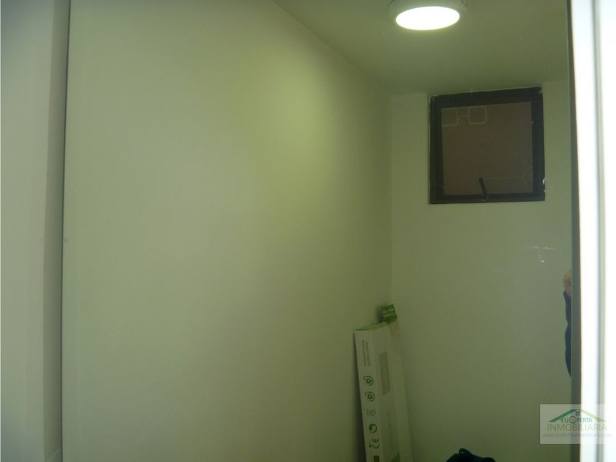 vendo oficina 44 m2 la carolina unicentro remodelada piso 3 ext