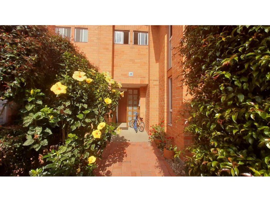 casa chia en conjunto cerrado con jardin privado