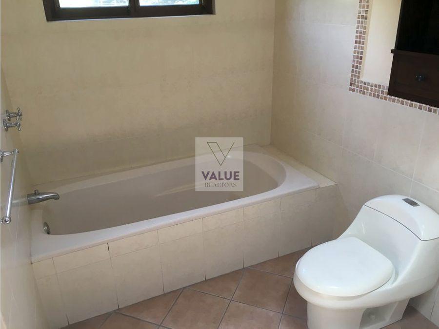 renta casa en condominio exclusivo zona 10