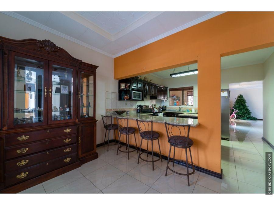 se vende amplia casa en residencial en heredia