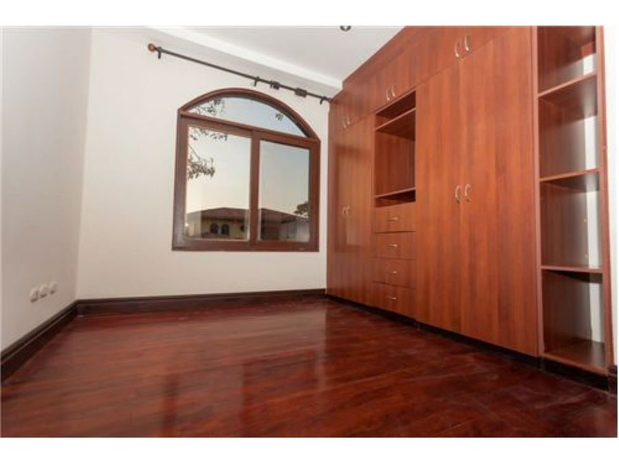 beautiful house in a exclusive condominium santa ana