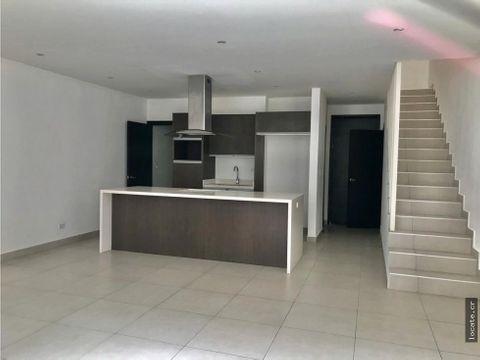 casa en remate bancario en condominio en santa ana