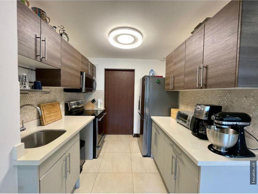 preciosa de tres pisos y en condominio con areas comunes