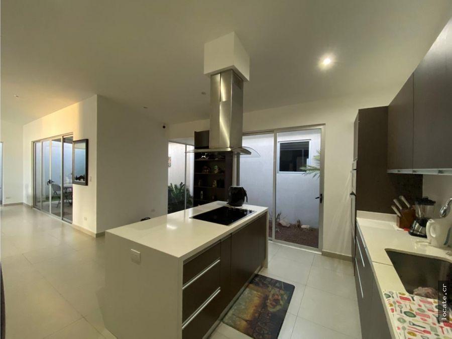 amplia casa de una sola planta en condominio