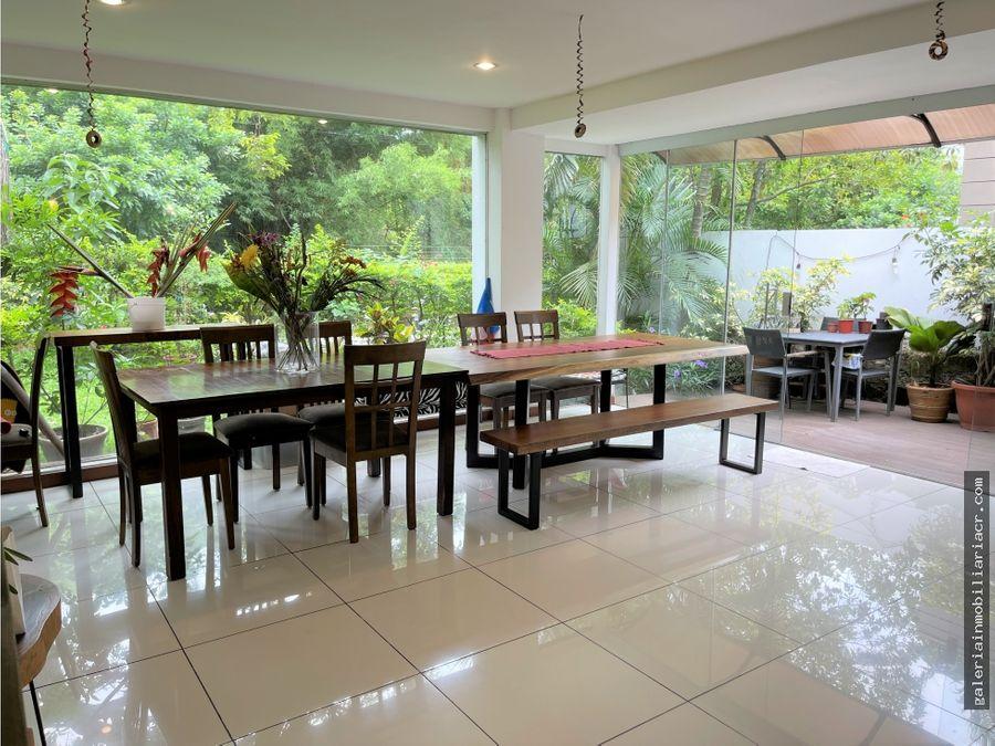 moderna casa de tres niveles