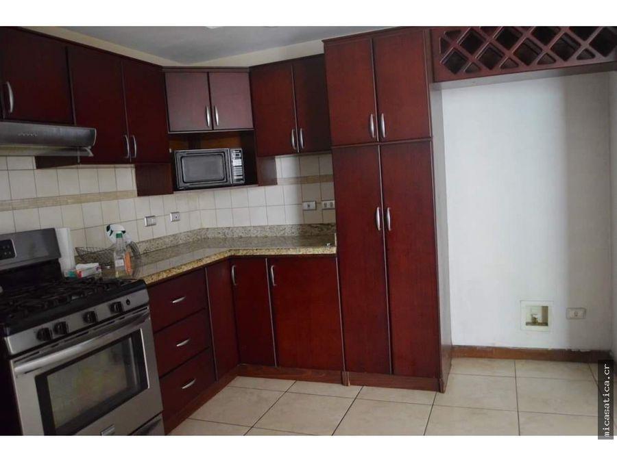 se alquila o se vende casa independiente 3 habitaciones zona centrica