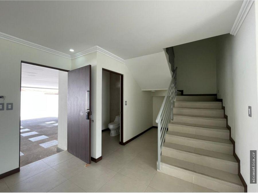 se alquila linda casa en residencial en santa ana