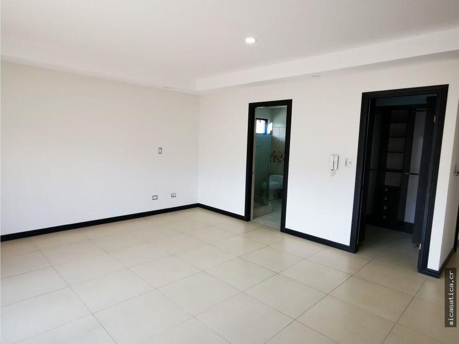 venta de casa en santa ana centro con amplios espacios y muy fresca