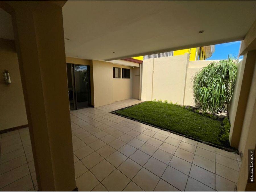 se alquila linda casa muy comoda amplia en residencial
