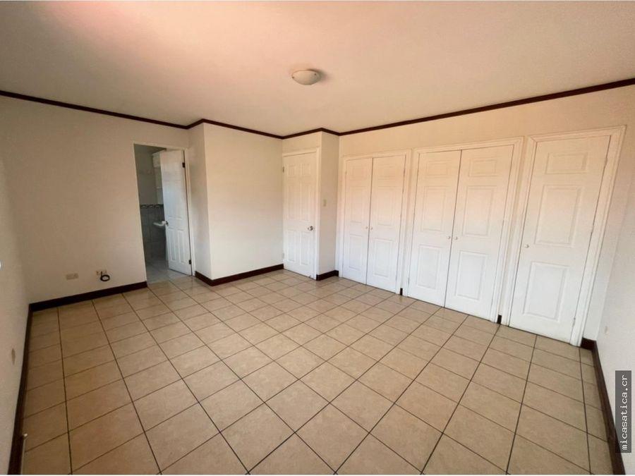se alquila casa de 3 dormitorios en residencial con doble seguridad
