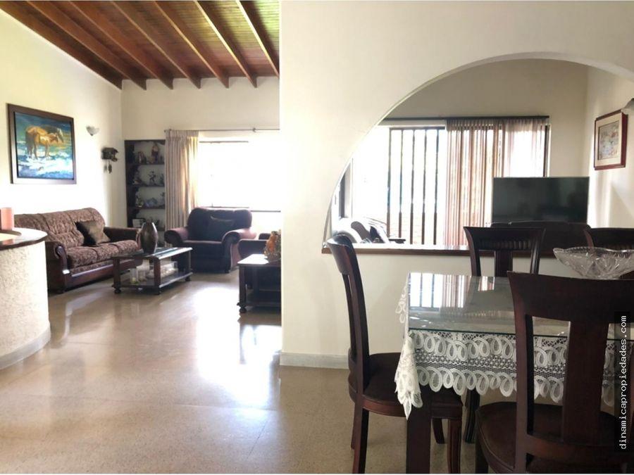 venta de comoda casa 2o piso sector santa gema