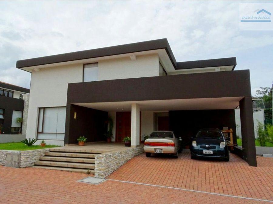 venta amplia casa con jardin cumbaya