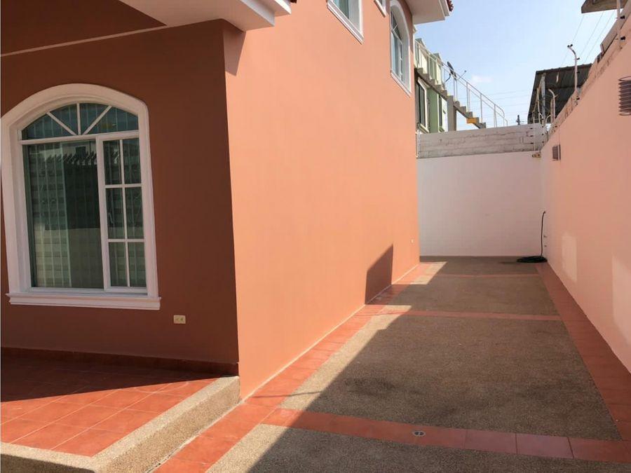 casa linda y amplia en urbanizacion manta 2000