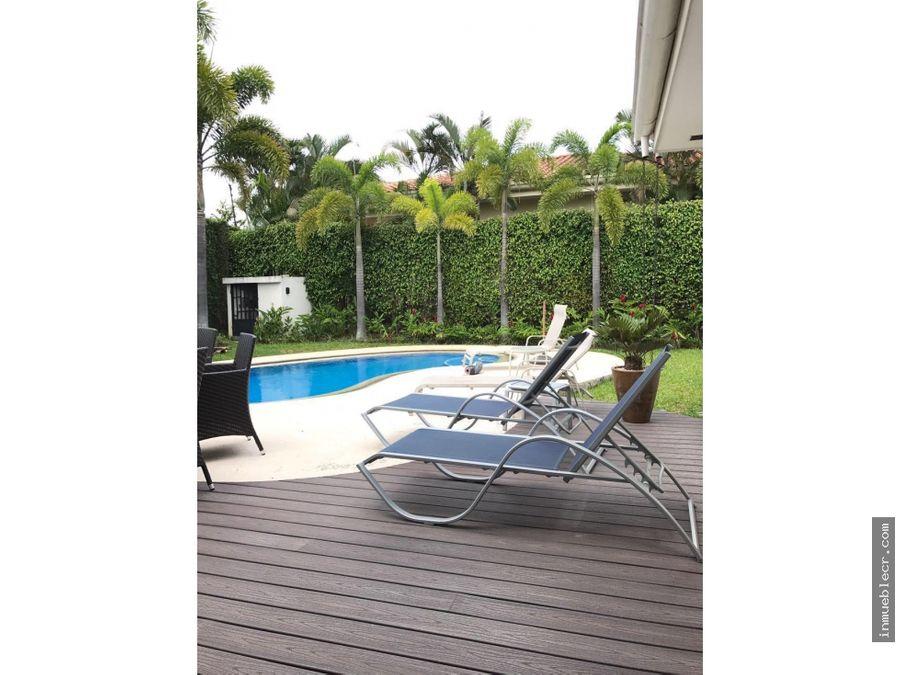 casa de una planta con piscina