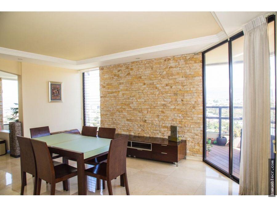 espacioso apartamento con grandes ventanales linea blanca de lujo